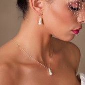 Nikki - Elegant pearl and rhinestone necklace and earrings set