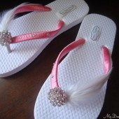 Girls peach flip flops. Peach-coral hand wrapped with white feathers flip flops. Choose ribbon color.. - girls Splendid collection