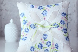 vintage-embroidered-handkerchief-ring-pillow (5)