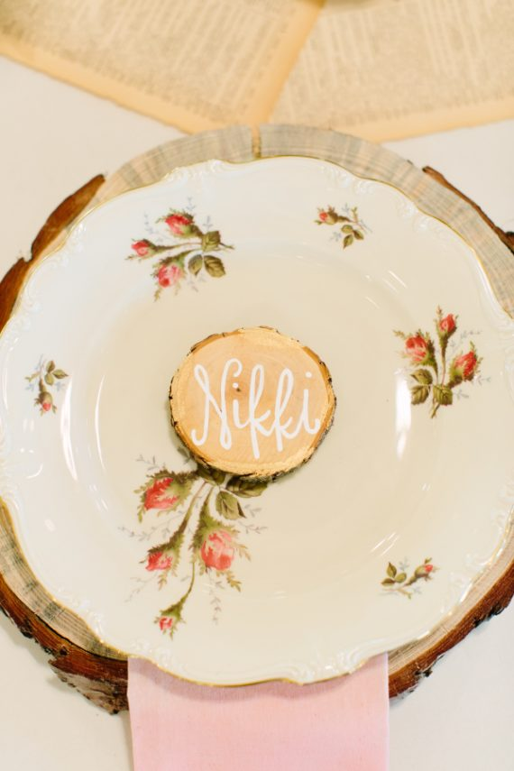 Place settings made of wood - Photo by Haley Rynn Ringo | via Wood Themed Wedding Ideas: http://emmalinebride.com/themes/wood-themed-wedding-ideas/
