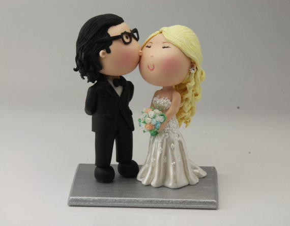 couple kissing cake topper blonde hair | figurine cake toppers that look like you | by artifice producciones | https://emmalinebride.com/reception/figurine-cake-toppers/