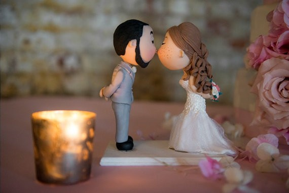 cute cake topper bride with freckles | figurine cake toppers that look like you | by artifice producciones | https://emmalinebride.com/reception/figurine-cake-toppers/