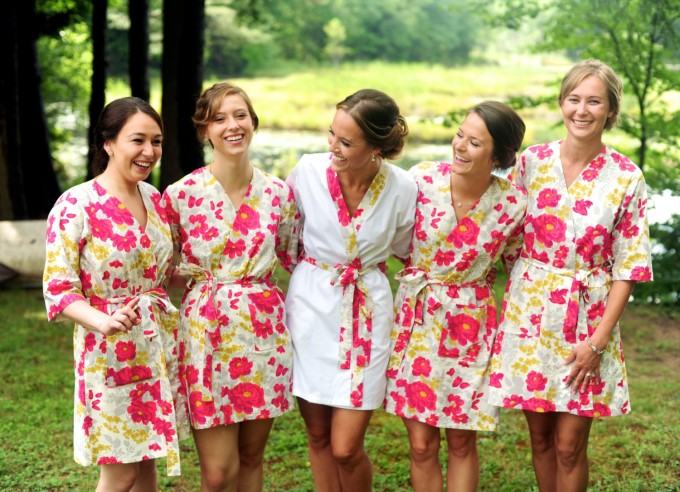 bridesmaid robe for getting ready | by modern kimono | photo: justine johnson photography | http://emmalinebride.com/2016-giveaway/robe-for-getting-ready/