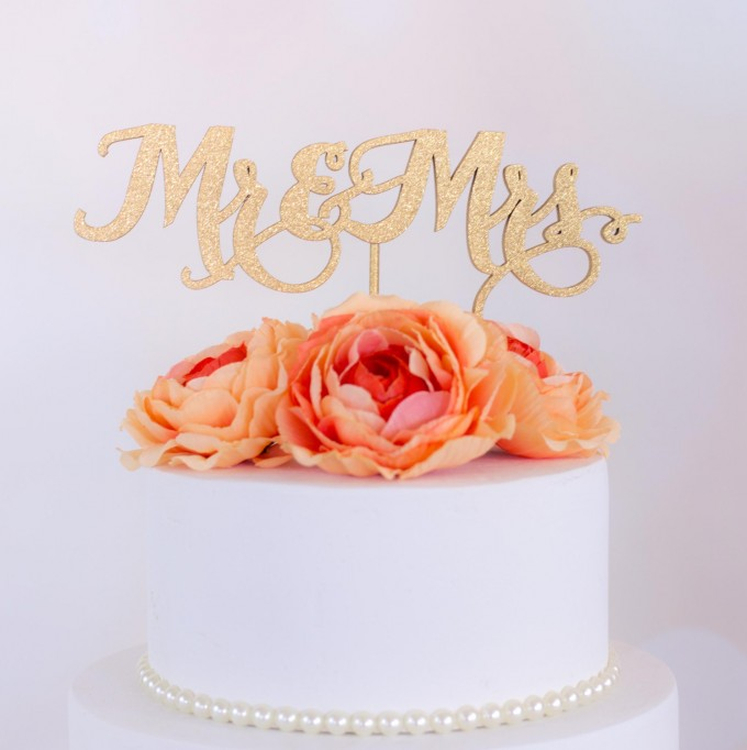 mr and mrs wedding cake topper | win a free cake topper https://emmalinebride.com/2016-giveaway/free-cake-topper/