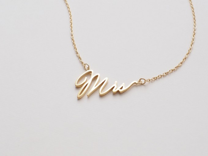 mrs necklace | via 15 Best Gifts for the Bride from Groom | http://emmalinebride.com/gifts/gifts-for-the-bride-from-groom/
