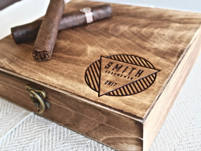 I love these engraved custom cigar boxes for groomsmen gifts! by Swanky Badger. | http://emmalinebride.com/wedding/cigar-boxes-groomsmen/