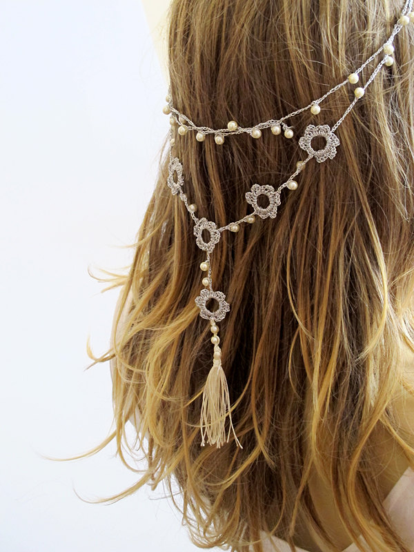 Tassel hair chain for the bride by Selenayy via 21 Festive Tassel Wedding Decorations & Accessories | https://emmalinebride.com/themes/tassel-wedding-decorations/