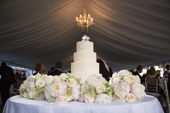 wedding cake photograph in this Crystal Coast Wedding | North Carolina wedding photographed by Ellen LeRoy Photography - http://emmalinebride.com/real-weddings/breathtaking-crystal-coast-wedding-mara-will-married/