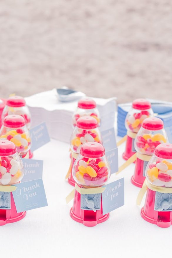best wedding favors 2018 - under $5! - via http://emmalinebride.com/favors/best-wedding-favors