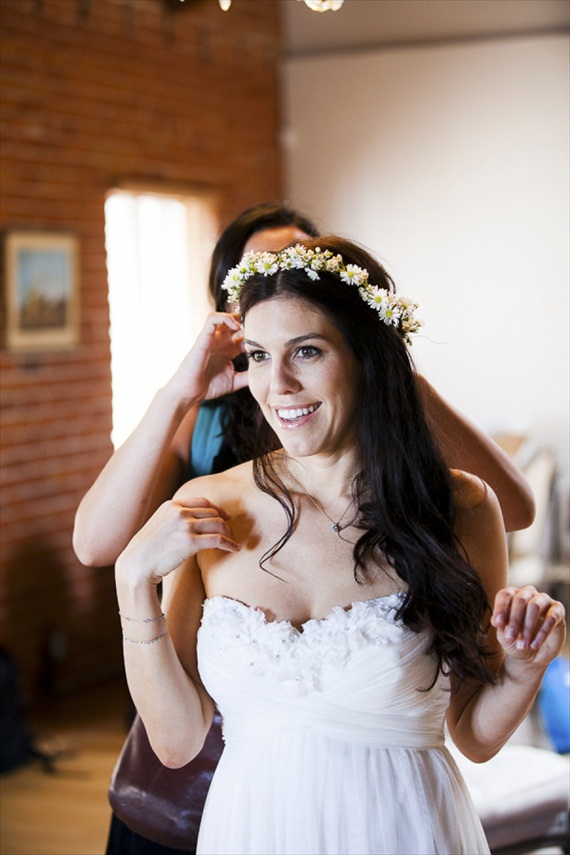 bride with hair crown via 3 Tips for Wearing a Hair Crown (photo: photo kronology)