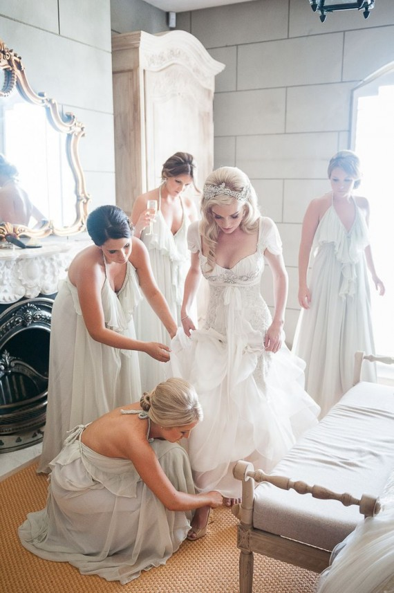 bridesmaids helping bride get ready | photo: milk photography | via 7 Helpful Tips to Be on Time for Your Wedding