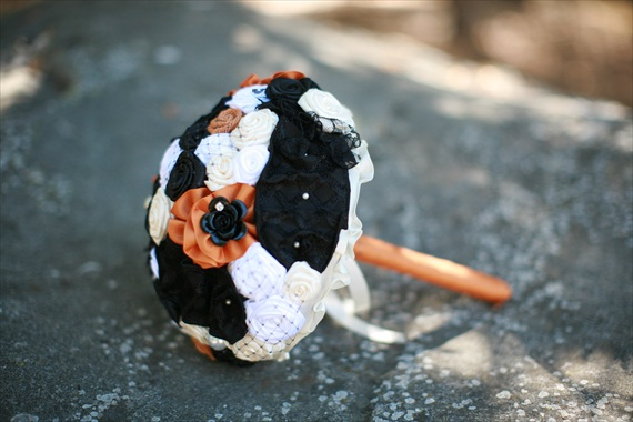 halloween wedding bouquet via 30 Amazing Halloween Ideas from EmmalineBride.com