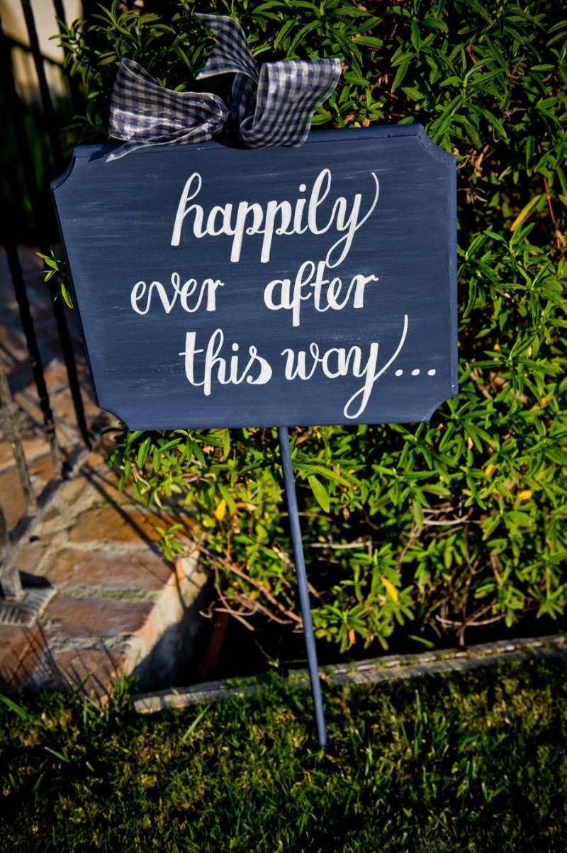 happily ever after this way sign - photo: true photography weddings | via http://emmalinebride.com/decor/navy-and-white-wedding-ideas/ | from 21 Navy and White Wedding Ideas