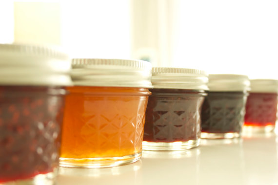 How to Welcome Guests to a Wedding - homemade jam favors