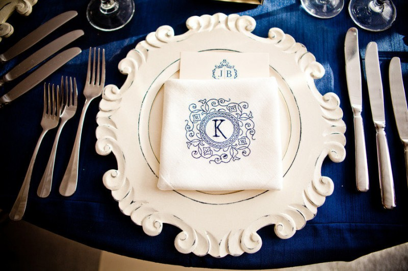 navy blue and white table setting idea - photo: true photography weddings | via http://emmalinebride.com/decor/navy-and-white-wedding-ideas/ | from 21 Navy and White Wedding Ideas