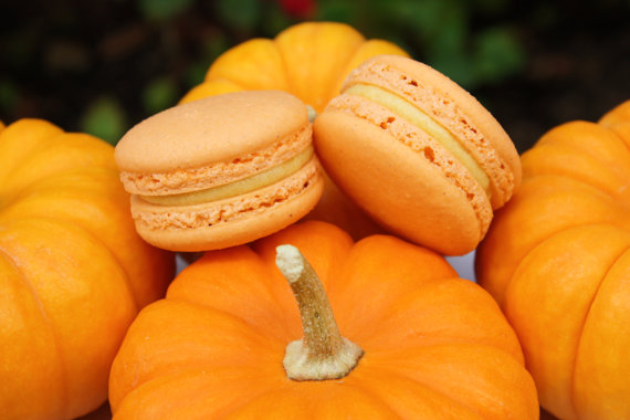 fall wedding favor ideas (pumpkin pie macaron by le bonbon la)