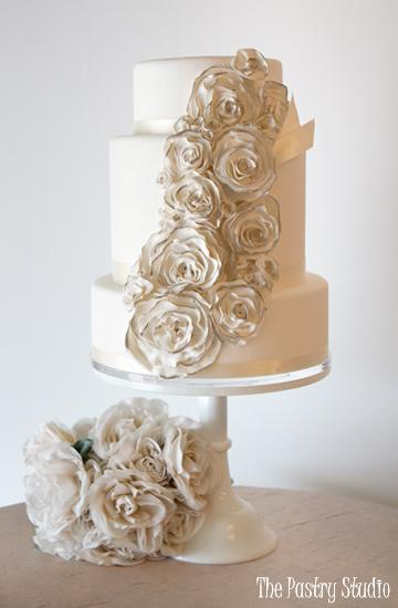 wedding cake without toppers // white canke with cascading flowers