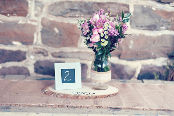 8 Fresh Rustic Wedding Decor Ideas - tree slice for centerpieces (by PNZ Designs, photo: Melania Marta Photography)