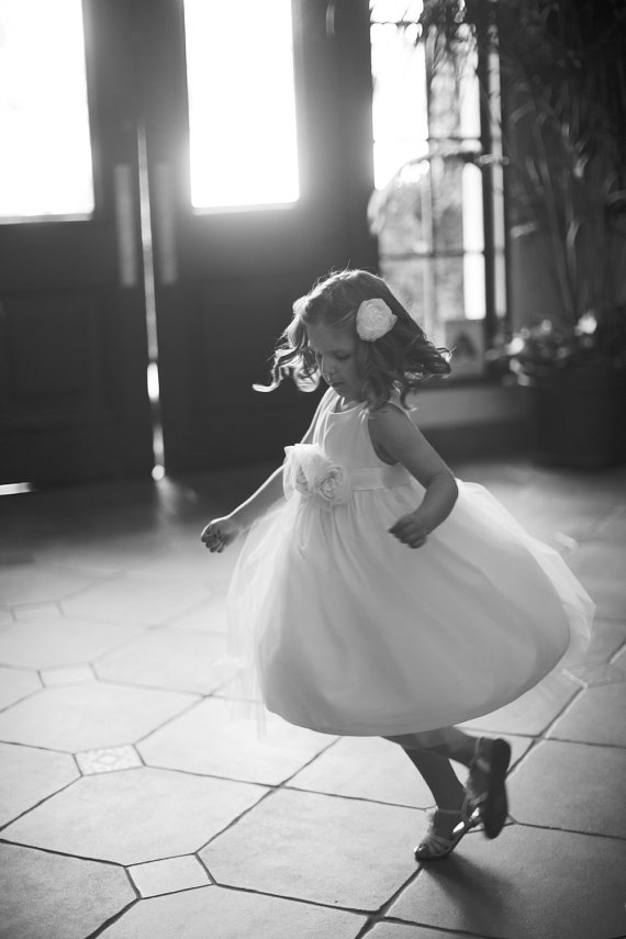Cute cotton flower girl dresses in ivory | Olive & Fern | photo: Josselyn Petterson | via http://emmalinebride.com/flower-girl/cotton-flower-girl-dresses-ivory/