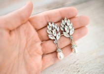 vintage style bridal earrings with pearl